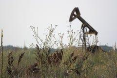 Bomba de petróleo vieja imágenes de archivo libres de regalías