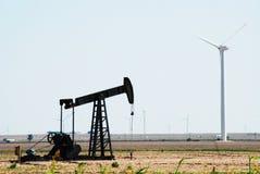 Bomba de petróleo y turbinas de viento Fotografía de archivo libre de regalías