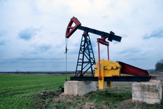 Bomba de petróleo no campo Fotografia de Stock Royalty Free