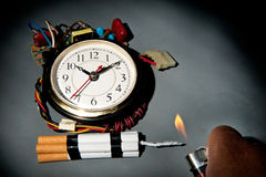 Bomba de tempo insalubre dos cigarros fotografia de stock
