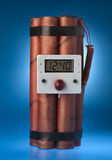 Bomba della dinamite con una priorità bassa blu Immagine Stock Libera da Diritti