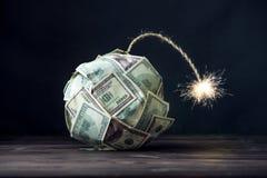 Bomba delle banconote in dollari dei soldi cento con uno stoppino bruciante Poco tempo prima dell'esplosione Concetto del crisi f Immagine Stock