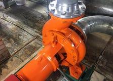 Bomba e motor em uma facilidade industrial Advirta o equipamento na a??o Detalhes e close-up fotografia de stock royalty free