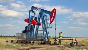 Bomba e verificação de óleo da monitoração se trabalho corretamente video estoque