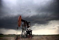 Bomba Jack del campo petrolífero de la tormenta Fotos de archivo libres de regalías
