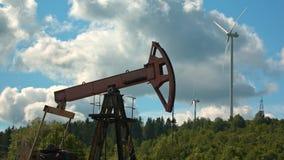 Bomba Jack Fracking Crude Extraction Machine do boom do petróleo de North Dakota e turbina eólica vídeos de arquivo
