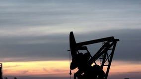 Bomba Jack Fracking para o por do sol Bakken de North Dakota do óleo video estoque