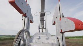 Bomba Jack Moving Metal Parts en el primer del pozo de petróleo almacen de video