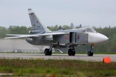 Bombardeiro de Sukhoi SU-24 RF-92245 da força aérea do russo que taxiing na base da força aérea de Kubinka Imagem de Stock