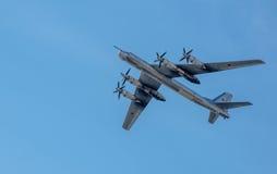 Bombardeiro estratégico Tu-95 & x22; Bear& x22; , em voo imagem de stock