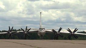 Bombardeiro militar na pista de decolagem filme