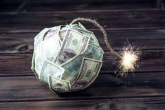 Bombardera av pengar hundra dollarräkningar med en brinnande filt Liten tid för explosionen finansiell begreppskris Fotografering för Bildbyråer