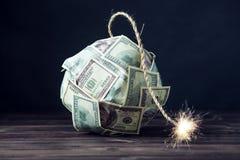Bombardera av pengar hundra dollarräkningar med en brinnande filt Liten tid för explosionen finansiell begreppskris Royaltyfri Bild