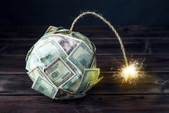 Bombardera av pengar hundra dollarräkningar med en brinnande filt Liten tid för explosionen finansiell begreppskris Royaltyfria Foton