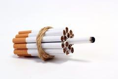 Bombardera cigaretten Arkivfoto