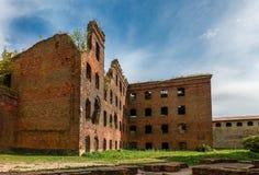 Bombarderad-ut byggnad i Oreshek, St Petersburg arkivfoton