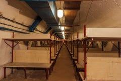 Bombarderar den gamla övergav sovjet för trädubbeldäckaresänginsidan skyddet arkivbilder