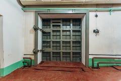 Bombarderar den hermetiska dörren för stort tungt järn in skyddet arkivbilder