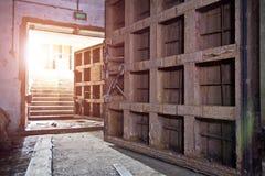 Bombarderar hermetiska dörrar för stort rostigt tungt stål i den övergav sovjet skyddet royaltyfria foton