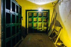Bombarderar hermetiska dörrar för stort rostigt tungt stål i den övergav sovjet skyddet royaltyfri foto