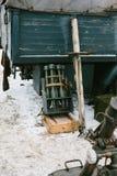 Bombarderar i en metallask nära lastbilen Arkivbilder