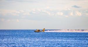 Bombardero 415, Canadair CL-415 que recoge el agua del mar para extinguir un fuego imagenes de archivo