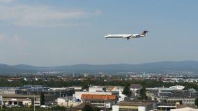 Bombardero CRJ900 de Lufthansa que se acerca al aeropuerto de Frankfurt-am-Main metrajes