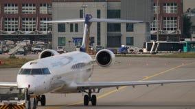 Bombardero CRJ-900 que remolca para mantener metrajes