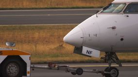 Bombardero CRJ-900 que remolca para mantener almacen de video