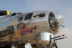 Bombardero de la fortaleza del vuelo de la era de la Segunda Guerra Mundial Imagen de archivo libre de regalías