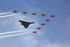 Bombardero de Vulcan y flechas rojas fotografía de archivo libre de regalías
