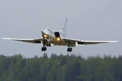 Bombardero del Tupolev Tu-22M3-R RF-94239 del aterrizaje ruso de la fuerza aérea en la base de las fuerzas aéreas de Kubinka Imagen de archivo libre de regalías