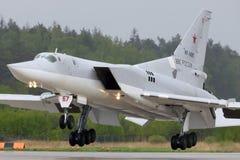 Bombardero del Tupolev Tu-22M3 RF-94218 del aterrizaje ruso de la fuerza aérea en la base de las fuerzas aéreas de Kubinka Fotos de archivo libres de regalías