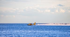 Bombardier 415, Canadair CL-415 kolekcjonowania woda od morza gasić ogienia obrazy stock