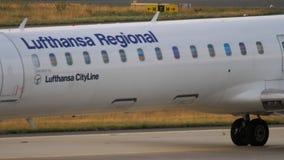 Bombardier CRJ-900 remorquant pour entretenir banque de vidéos