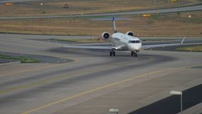 Bombardier CRJ-900 roulant au sol après le débarquement clips vidéos