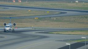 Bombardier CRJ-900 roulant au sol après le débarquement banque de vidéos