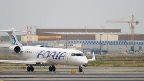Bombardier CRJ-701 roulant au sol avant le départ clips vidéos