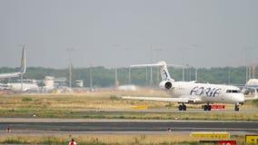 Bombardier CRJ-701 roulant au sol avant le départ banque de vidéos