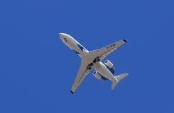 Bombardier crj-200 vliegtuig in de hemel van Siberië Stock Foto