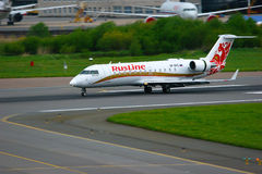 Bombardier van Ruslineluchtvaartlijnen de Regionale Straal crj-200 vliegtuigen van Canadair in de Internationale luchthaven van P Stock Afbeelding