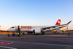Bombardiere svizzero CS300 all'aeroporto di Pola Immagine Stock