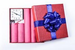 Bombardieren Sie Dynamitstangen, in einer Geschenkbox mit einem blauen Band mit c Lizenzfreies Stockfoto