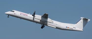 Bombardierstrecket 8 Q400 från Eurowings tar av från Berlin Tegel Airport royaltyfria foton