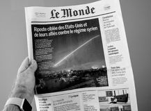 Bombardierungs-Syrien-Rakete auf Le Monde-Abdeckung Lizenzfreies Stockfoto