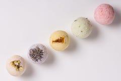 Bombas aromáticas do banho em um branco Imagens de Stock