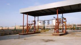 Bombas de aceite en el depósito del aceite existencias Granja del tanque vieja en un día soleado Concepto de la industria del com almacen de video