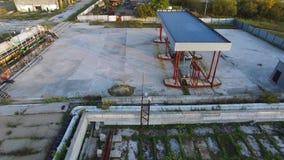 Bombas de aceite en el depósito del aceite existencias Granja del tanque vieja en un día soleado Concepto de la industria del com almacen de metraje de vídeo