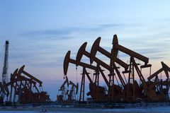 Bombas de aceite. Equipo de la industria de petróleo. Foto de archivo