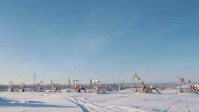 Bombas de aceite de trabajo en el campo del invierno almacen de video